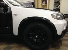 X5-White-body-Wrap-black-alloys